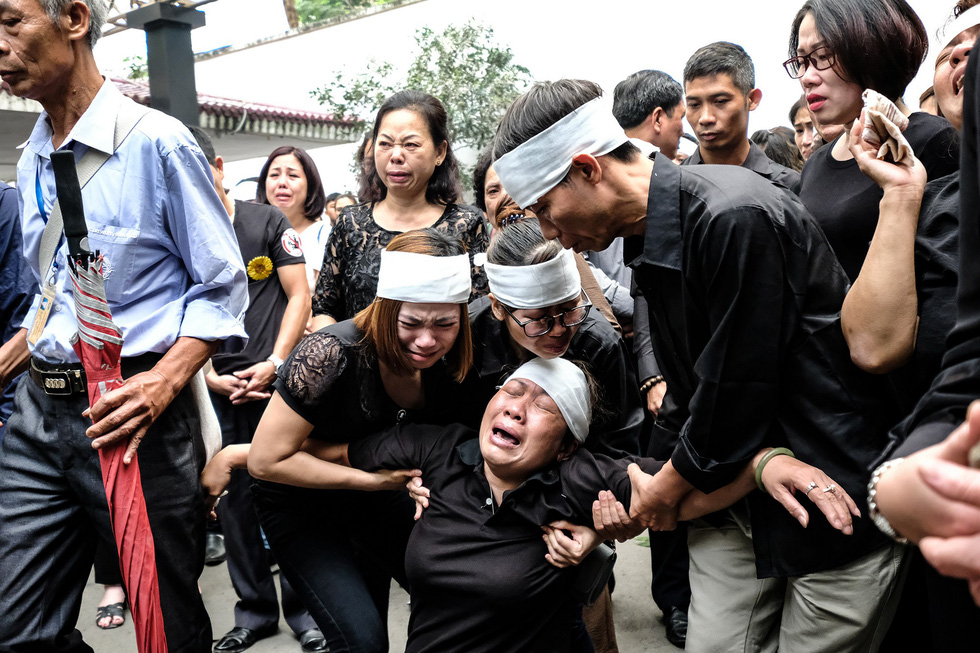 Hàng nghìn người xếp hàng từ sớm tiễn đưa cô giáo Quỳnh - Ảnh 11.