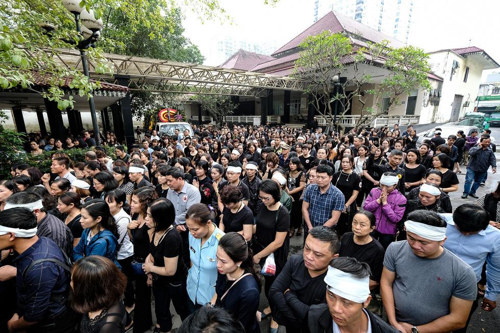 Hàng nghìn người xếp hàng từ sớm tiễn đưa cô giáo Quỳnh - Ảnh 13.