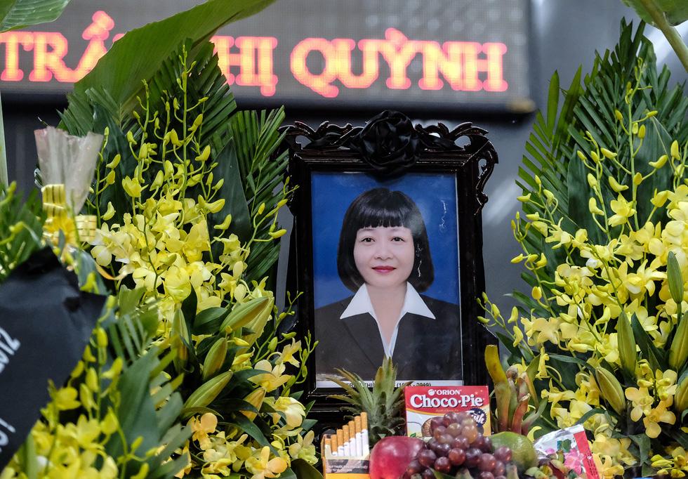 Hàng nghìn người xếp hàng từ sớm tiễn đưa cô giáo Quỳnh - Ảnh 1.