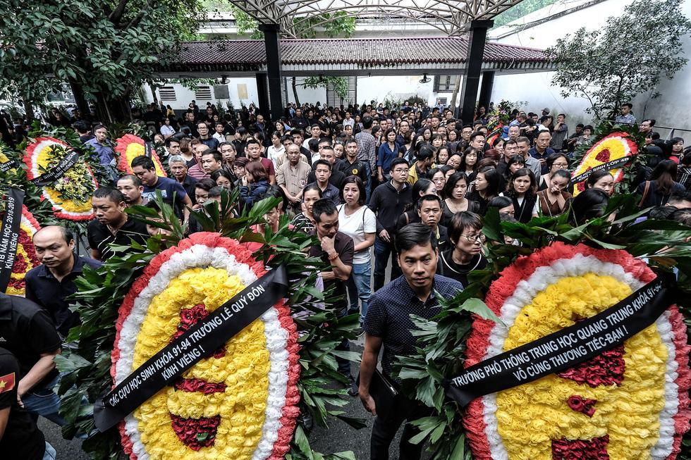 Hàng nghìn người xếp hàng từ sớm tiễn đưa cô giáo Quỳnh - Ảnh 3.