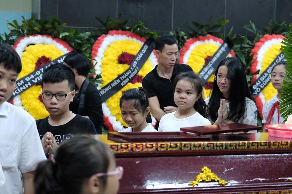 Hàng nghìn người xếp hàng từ sớm tiễn đưa cô giáo Quỳnh - Ảnh 9.