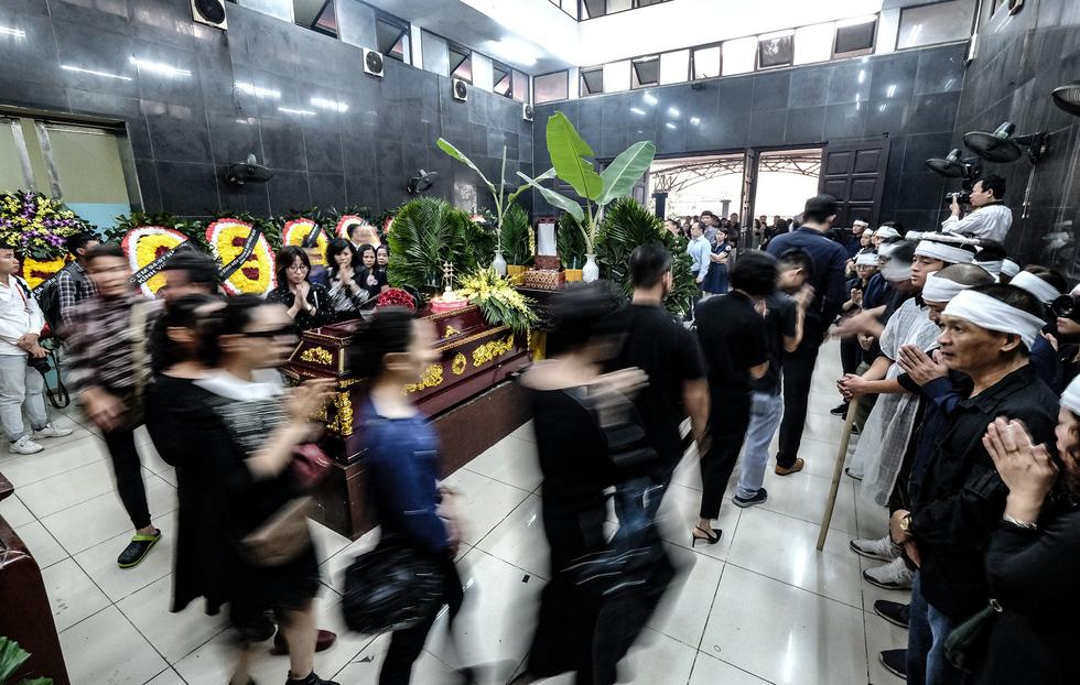 Hàng nghìn người xếp hàng từ sớm tiễn đưa cô giáo Quỳnh - Ảnh 10.