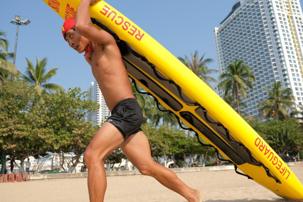Cứu hộ viên xuất sắc của các bãi biển lớn tụ về Nha Trang tranh tài - Ảnh 1.