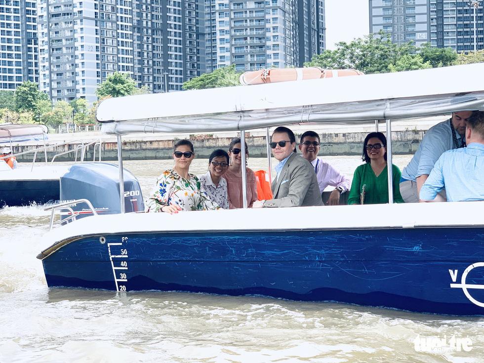 Công chúa kế vị Thụy Điển du ngoạn trên sông Sài Gòn - Ảnh 5.