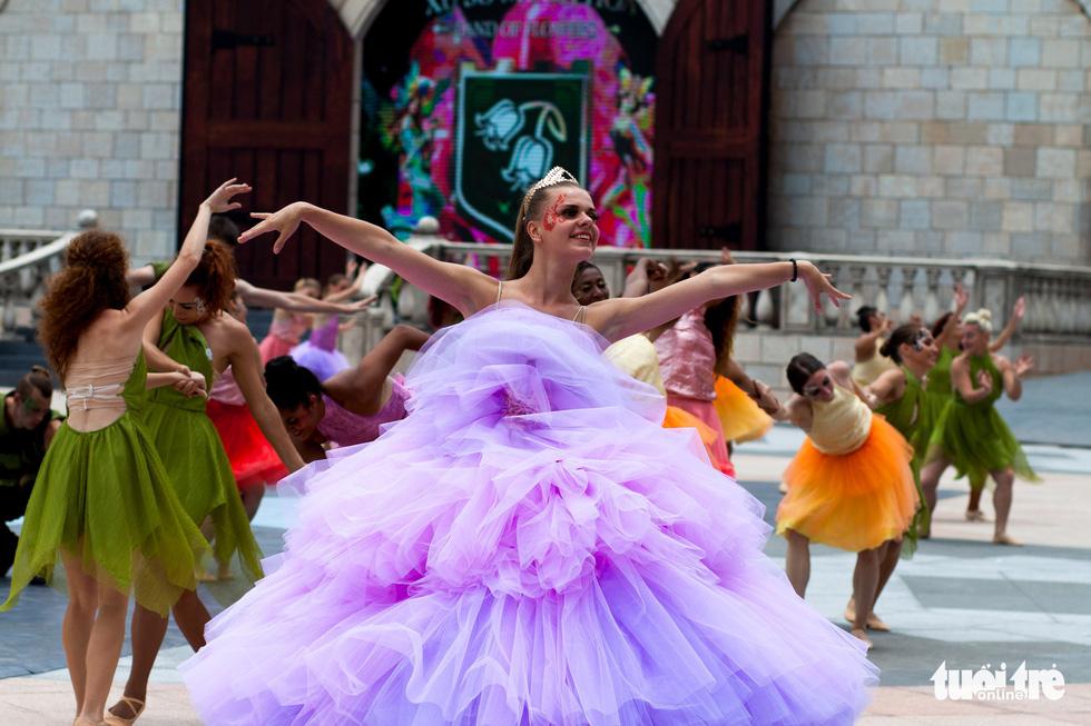 Xem vũ hội toàn diễn viên Tây cực hoành tráng trên đỉnh Bà Nà - Ảnh 8.