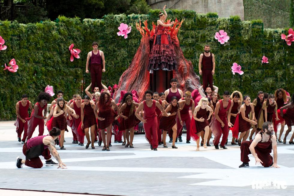 Xem vũ hội toàn diễn viên Tây cực hoành tráng trên đỉnh Bà Nà - Ảnh 9.