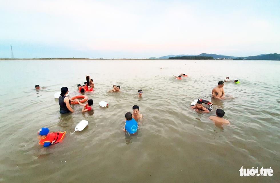 Dân Vinh đổ xô đưa con ra sông Lam tắm giải nhiệt - Ảnh 9.