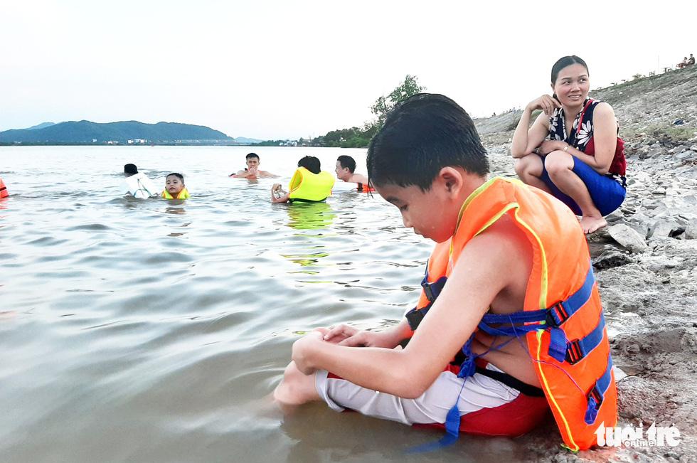 Dân Vinh đổ xô đưa con ra sông Lam tắm giải nhiệt - Ảnh 8.