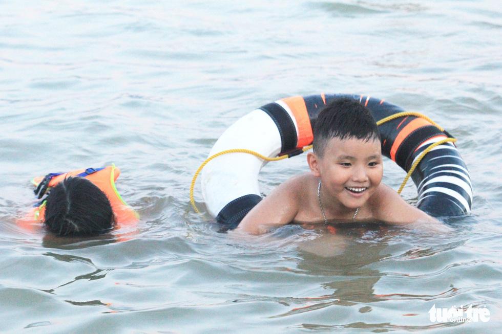 Dân Vinh đổ xô đưa con ra sông Lam tắm giải nhiệt - Ảnh 11.