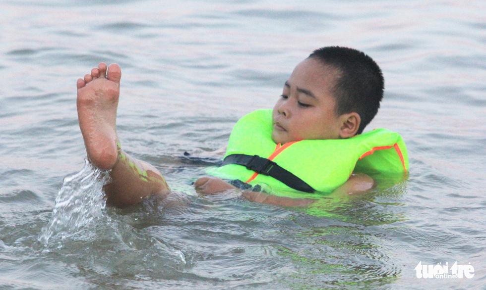 Dân Vinh đổ xô đưa con ra sông Lam tắm giải nhiệt - Ảnh 6.