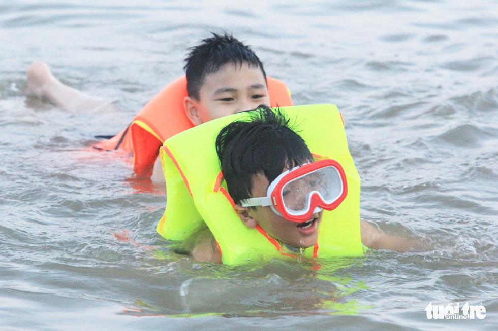 Dân Vinh đổ xô đưa con ra sông Lam tắm giải nhiệt - Ảnh 12.