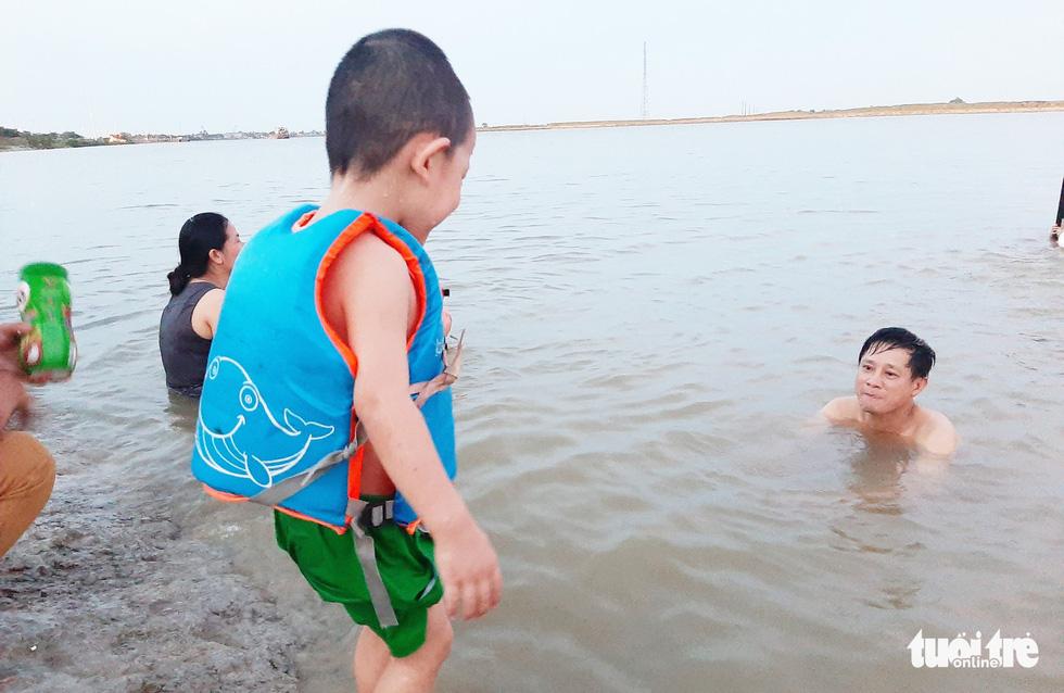 Dân Vinh đổ xô đưa con ra sông Lam tắm giải nhiệt - Ảnh 10.