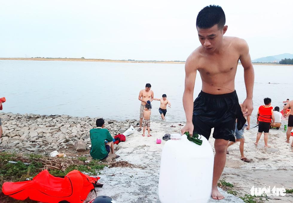 Dân Vinh đổ xô đưa con ra sông Lam tắm giải nhiệt - Ảnh 5.