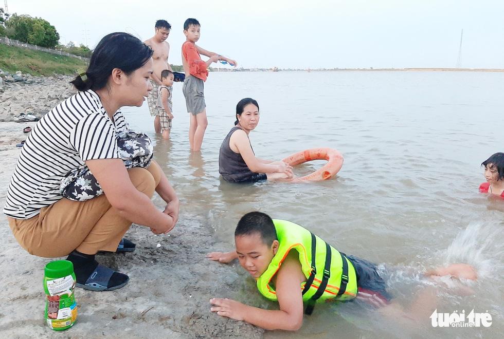 Dân Vinh đổ xô đưa con ra sông Lam tắm giải nhiệt - Ảnh 7.