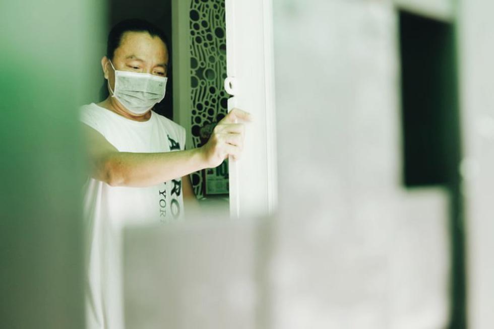 Dân Nam Sài Gòn ở nhà cũng phải đeo khẩu trang, đóng cửa vì mùi hôi từ bãi rác - Ảnh 5.