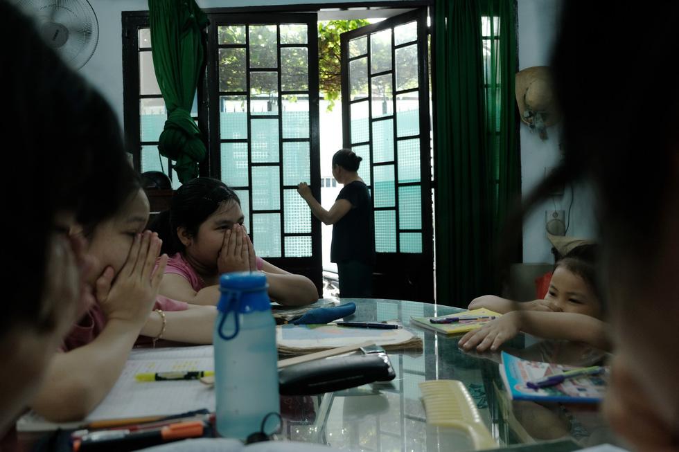 Dân Nam Sài Gòn ở nhà cũng phải đeo khẩu trang, đóng cửa vì mùi hôi từ bãi rác - Ảnh 3.