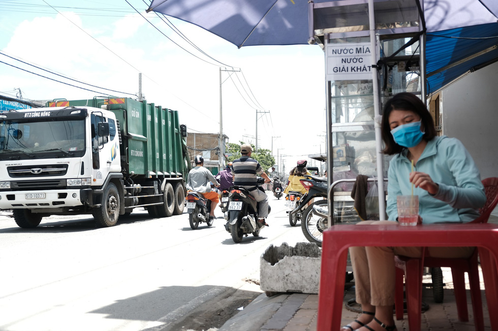 Dân Nam Sài Gòn ở nhà cũng phải đeo khẩu trang, đóng cửa vì mùi hôi từ bãi rác - Ảnh 8.