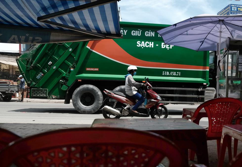 Dân Nam Sài Gòn ở nhà cũng phải đeo khẩu trang, đóng cửa vì mùi hôi từ bãi rác - Ảnh 6.