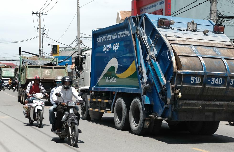 Dân Nam Sài Gòn ở nhà cũng phải đeo khẩu trang, đóng cửa vì mùi hôi từ bãi rác - Ảnh 7.