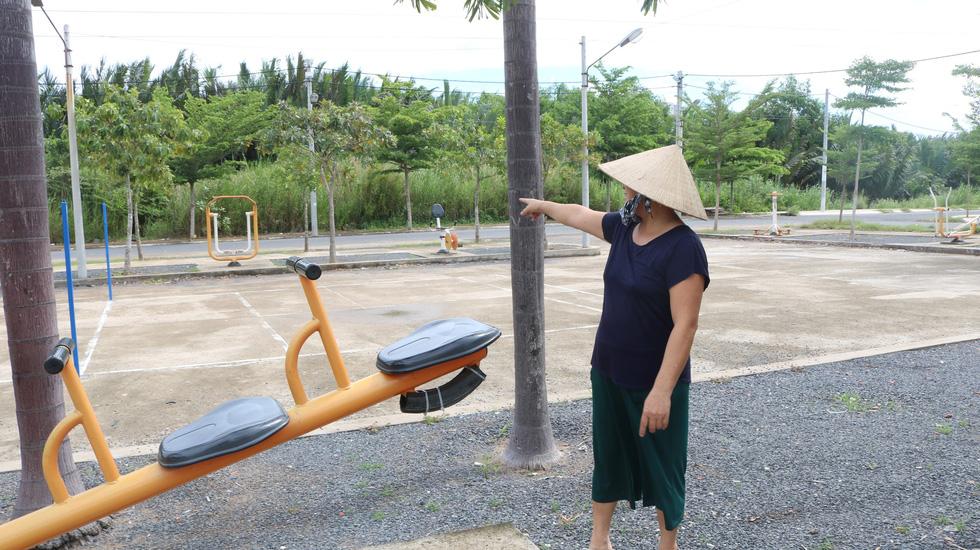 Dân Nam Sài Gòn ở nhà cũng phải đeo khẩu trang, đóng cửa vì mùi hôi từ bãi rác - Ảnh 2.