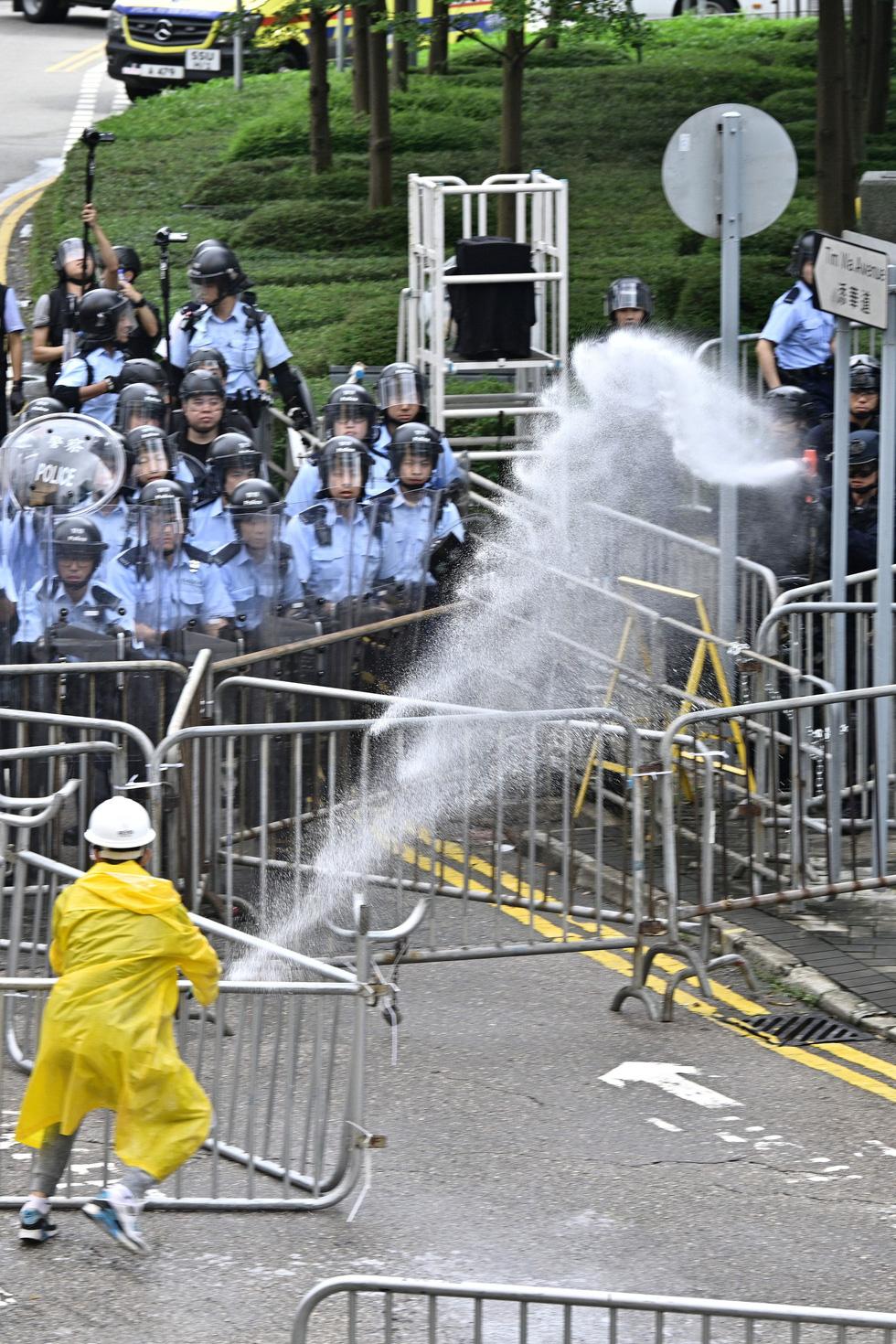 Cảnh sát Hong Kong vất vả kiểm soát biểu tình ra sao? - Ảnh 7.
