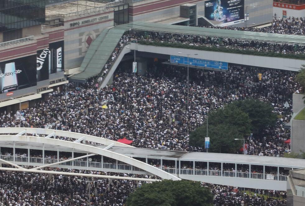Đụng độ dữ dội giữa cảnh sát và người biểu tình ở Hong Kong - Ảnh 9.