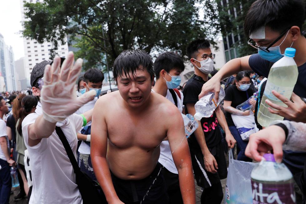Đụng độ dữ dội giữa cảnh sát và người biểu tình ở Hong Kong - Ảnh 5.