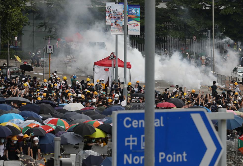 Đụng độ dữ dội giữa cảnh sát và người biểu tình ở Hong Kong - Ảnh 4.