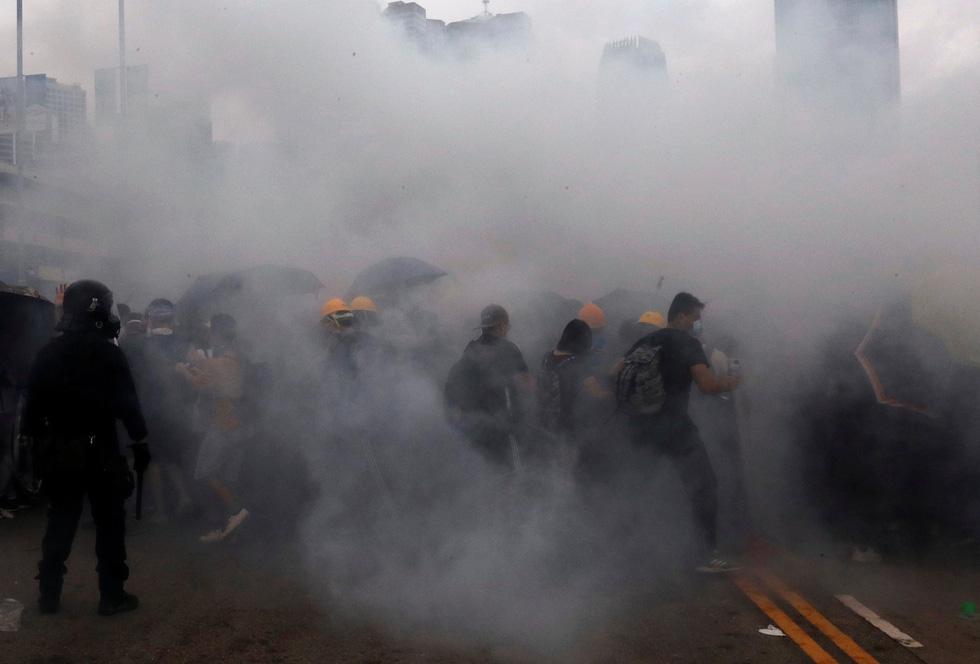 Đụng độ dữ dội giữa cảnh sát và người biểu tình ở Hong Kong - Ảnh 1.