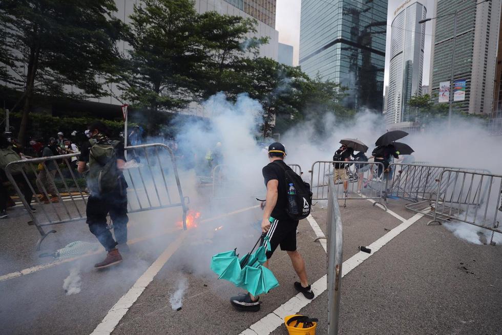 Đụng độ dữ dội giữa cảnh sát và người biểu tình ở Hong Kong - Ảnh 8.