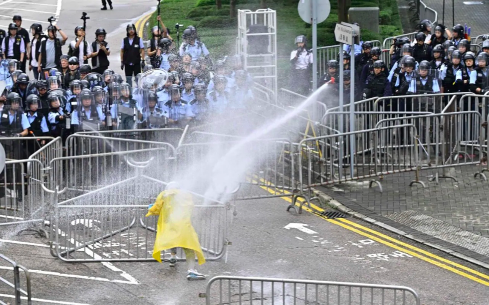 Đụng độ dữ dội giữa cảnh sát và người biểu tình ở Hong Kong - Ảnh 7.