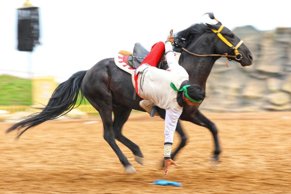 Thưởng thức tuyệt kỹ trên lưng ngựa của anh hào nữ kiệt Nội Mông - Ảnh 3.