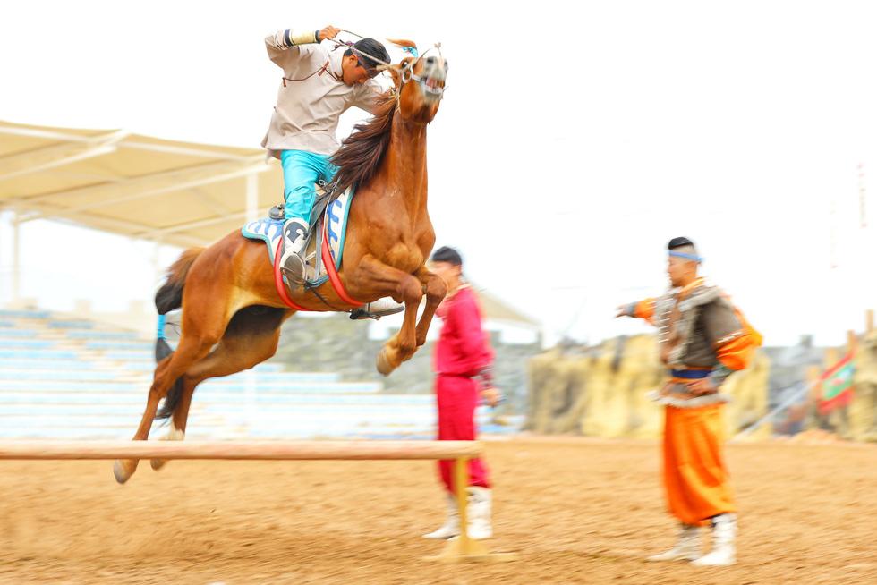 Thưởng thức tuyệt kỹ trên lưng ngựa của anh hào nữ kiệt Nội Mông - Ảnh 4.