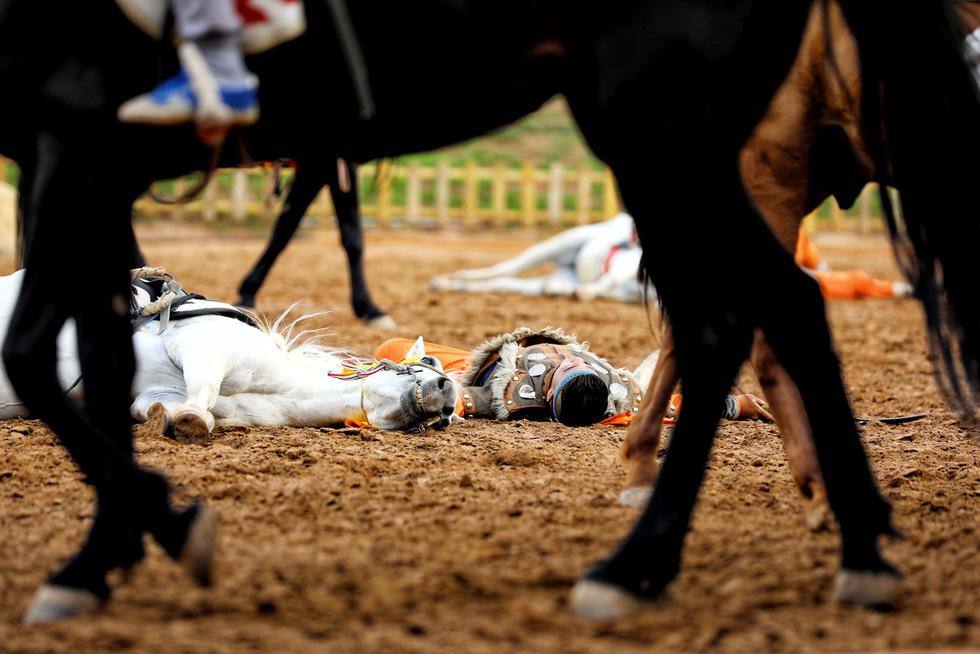 Thưởng thức tuyệt kỹ trên lưng ngựa của anh hào nữ kiệt Nội Mông - Ảnh 6.