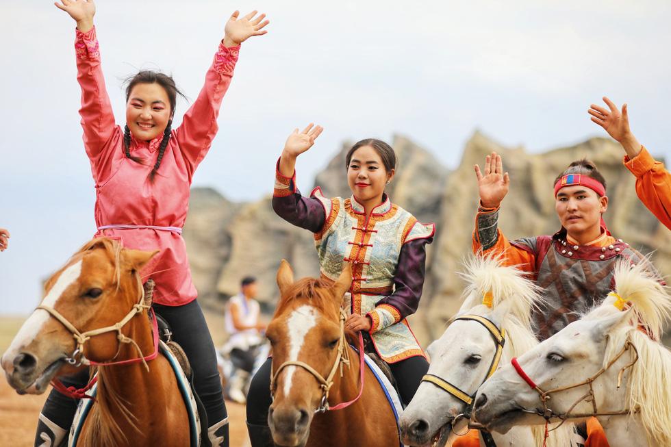 Thưởng thức tuyệt kỹ trên lưng ngựa của anh hào nữ kiệt Nội Mông - Ảnh 9.