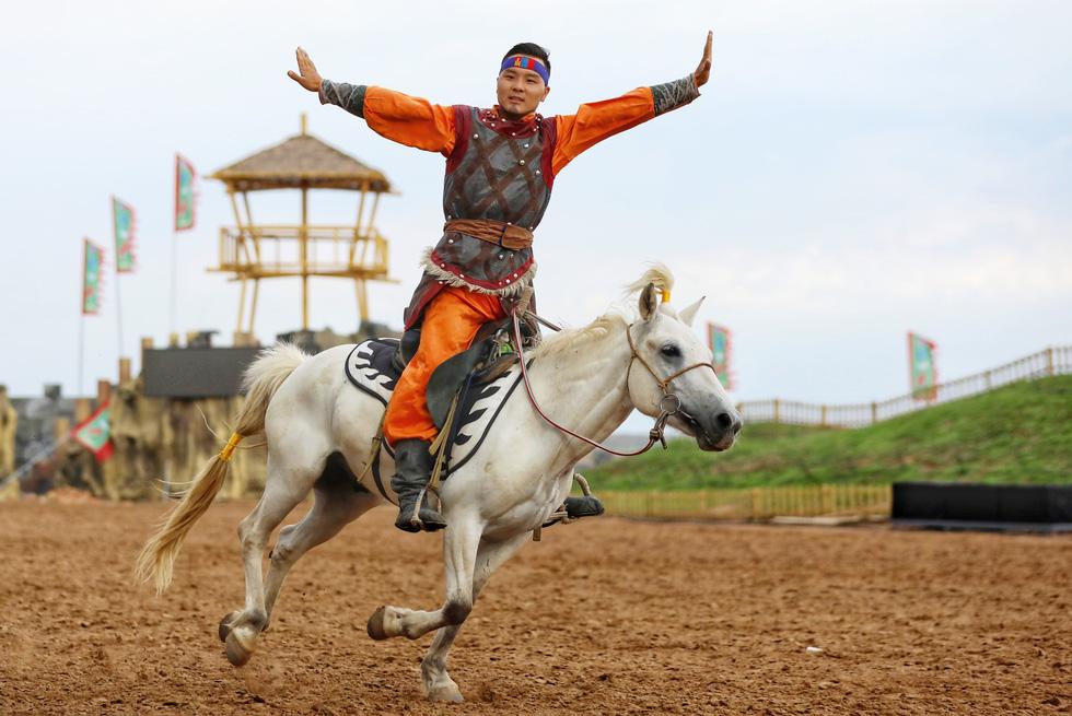Thưởng thức tuyệt kỹ trên lưng ngựa của anh hào nữ kiệt Nội Mông - Ảnh 11.