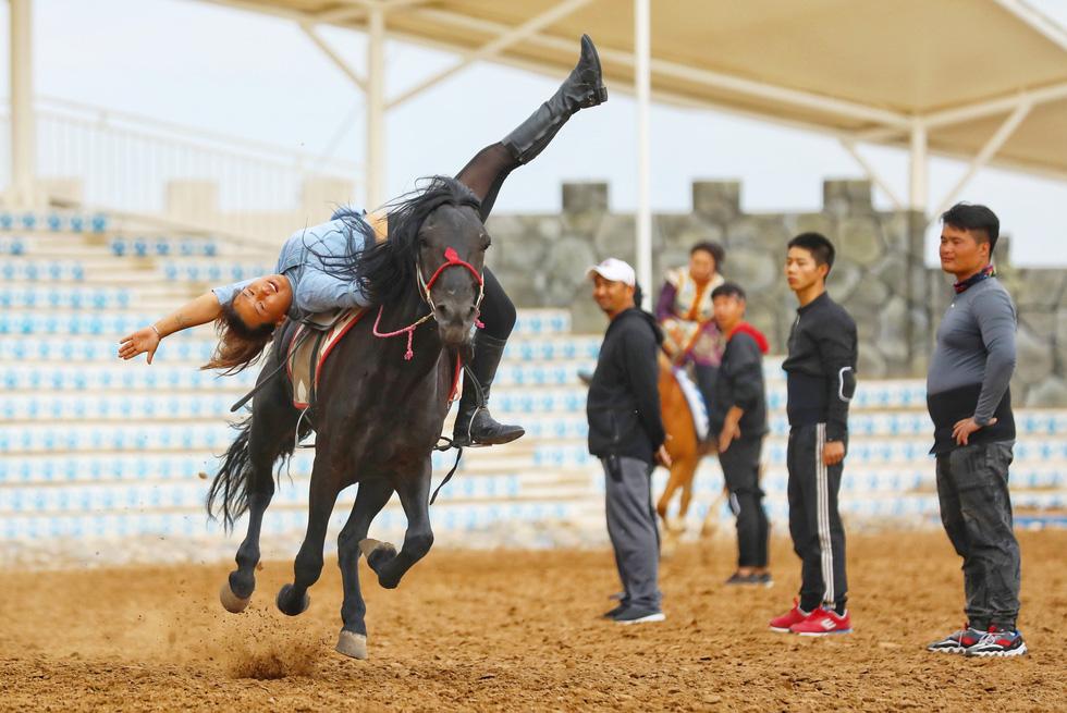 Thưởng thức tuyệt kỹ trên lưng ngựa của anh hào nữ kiệt Nội Mông - Ảnh 12.