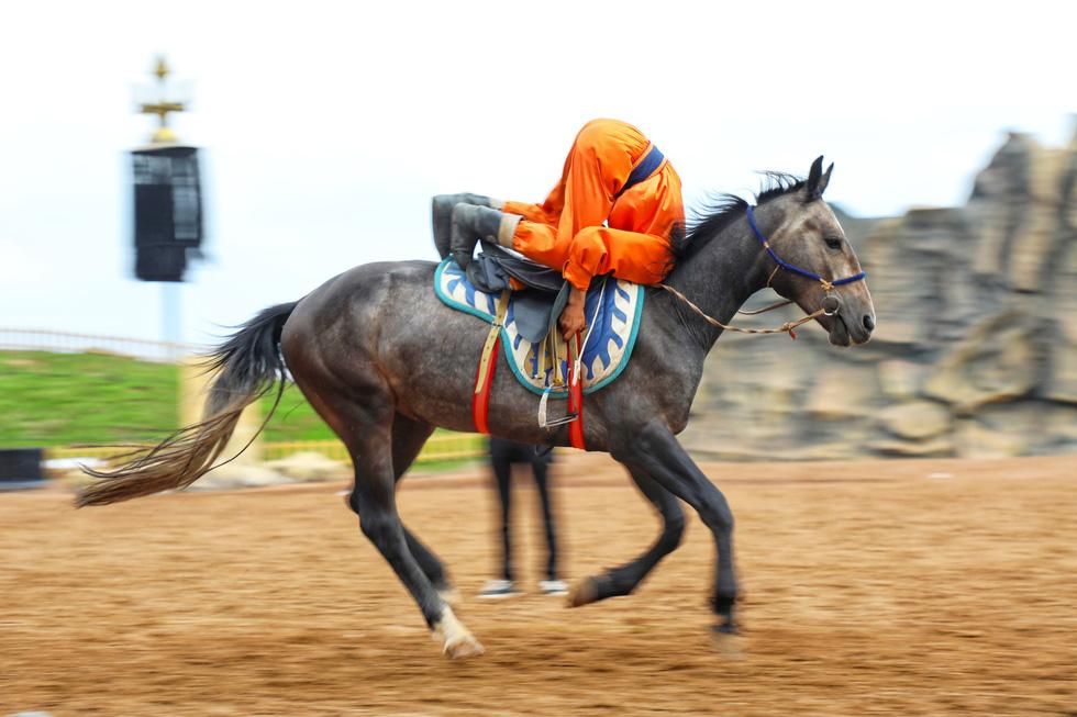 Thưởng thức tuyệt kỹ trên lưng ngựa của anh hào nữ kiệt Nội Mông - Ảnh 15.