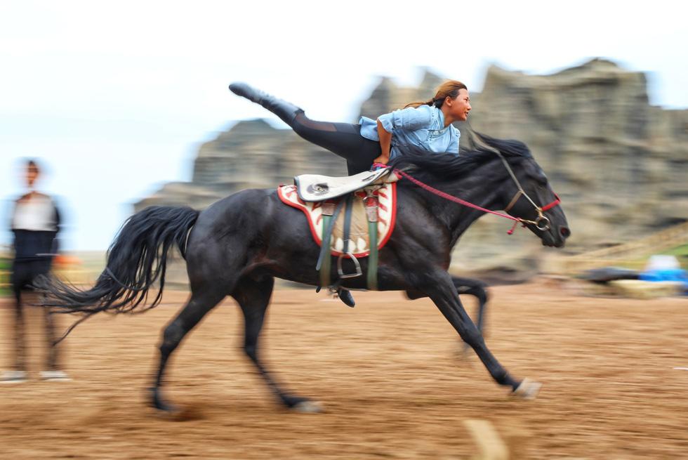Thưởng thức tuyệt kỹ trên lưng ngựa của anh hào nữ kiệt Nội Mông - Ảnh 1.
