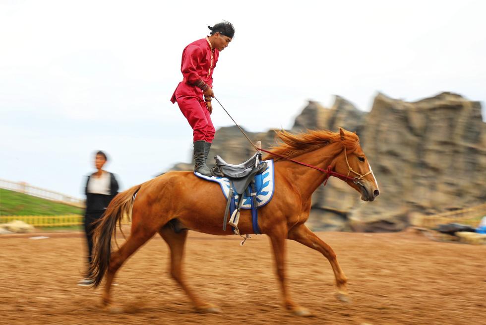 Thưởng thức tuyệt kỹ trên lưng ngựa của anh hào nữ kiệt Nội Mông - Ảnh 2.