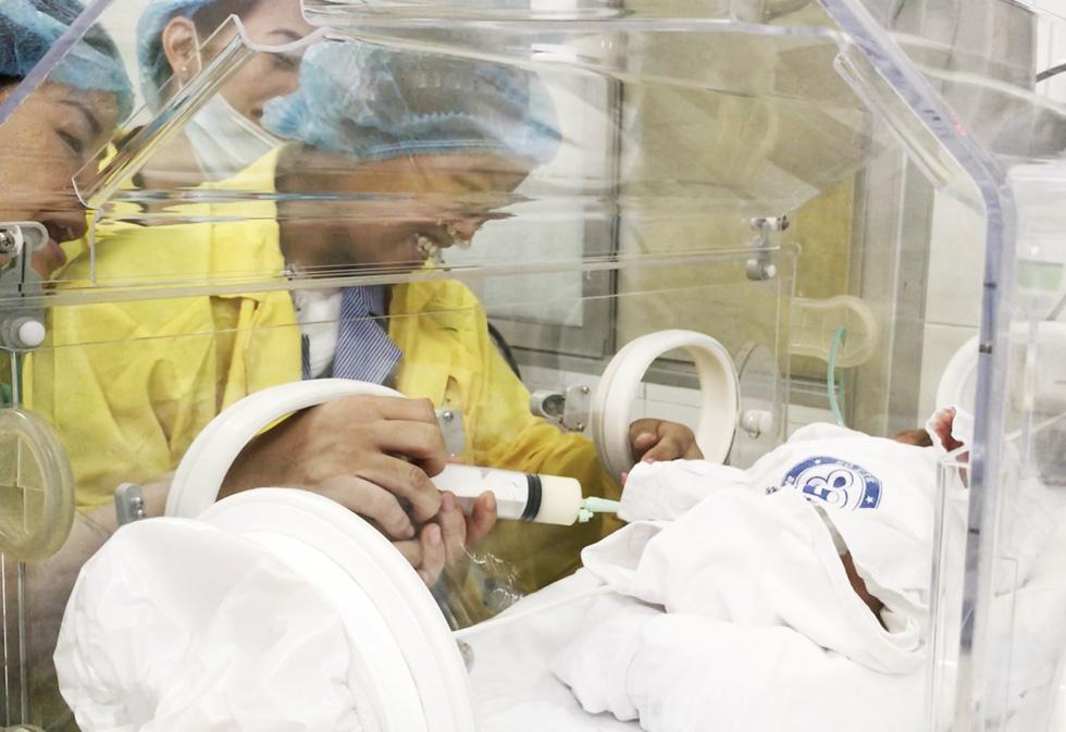 Người mẹ ung thư gặp con: Mẹ cháu đã chờ giây phút này rất lâu rồi - Ảnh 1.