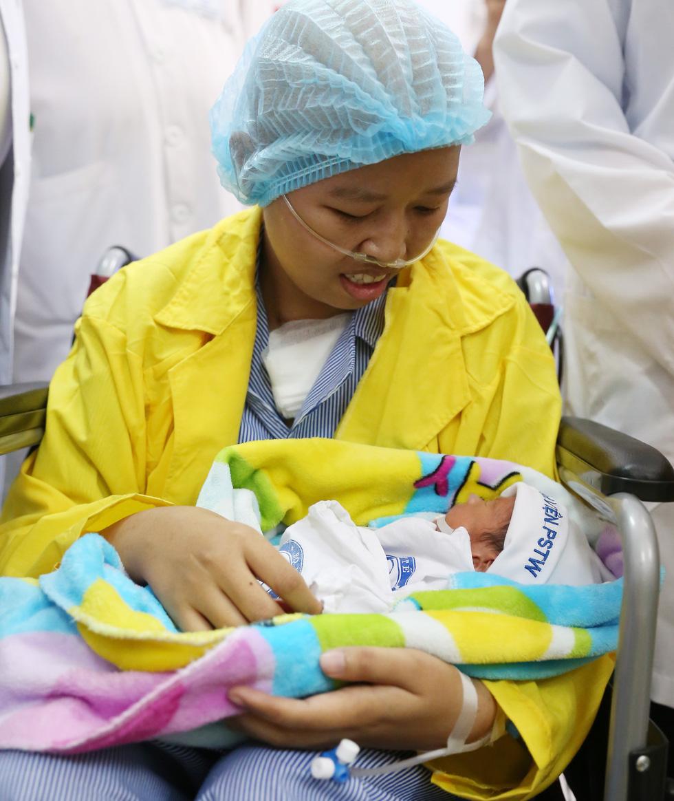 Người mẹ ung thư gặp con: Mẹ cháu đã chờ giây phút này rất lâu rồi - Ảnh 2.