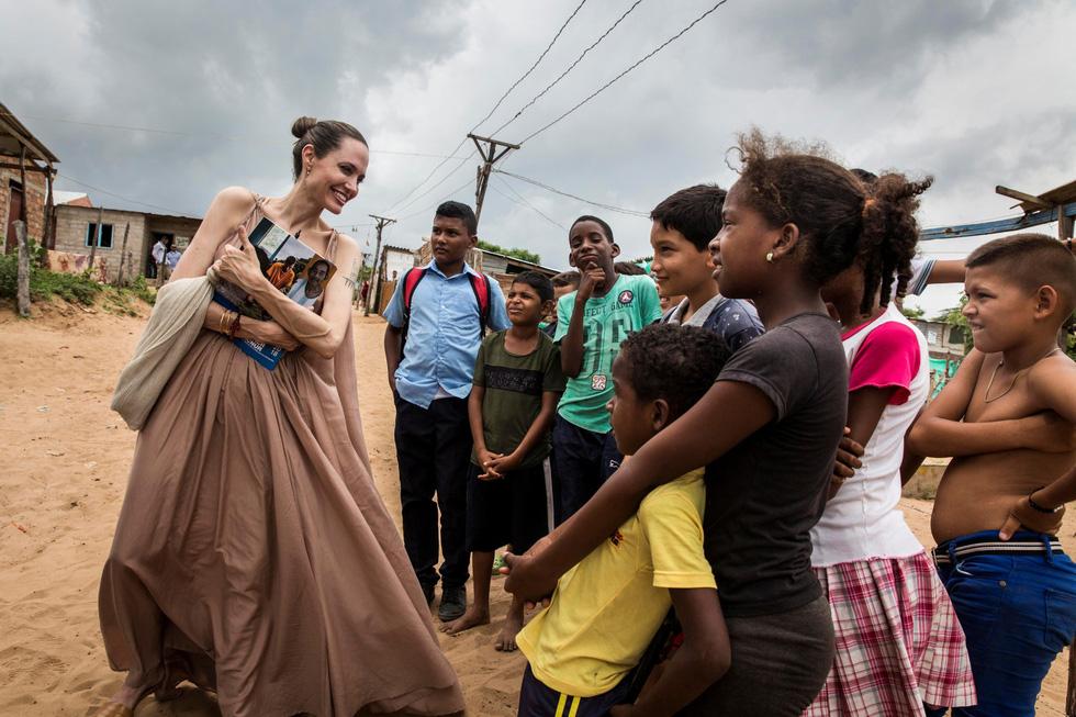 Nhật ký những chuyến đi của Angelina Jolie: Hành trình của một người từ ái - Ảnh 1.