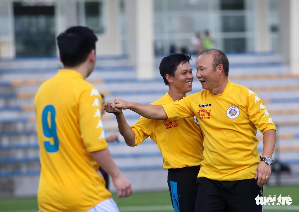 HLV Park Hang Seo đá bóng với các nhà báo thể thao Hà Nội - Ảnh 3.