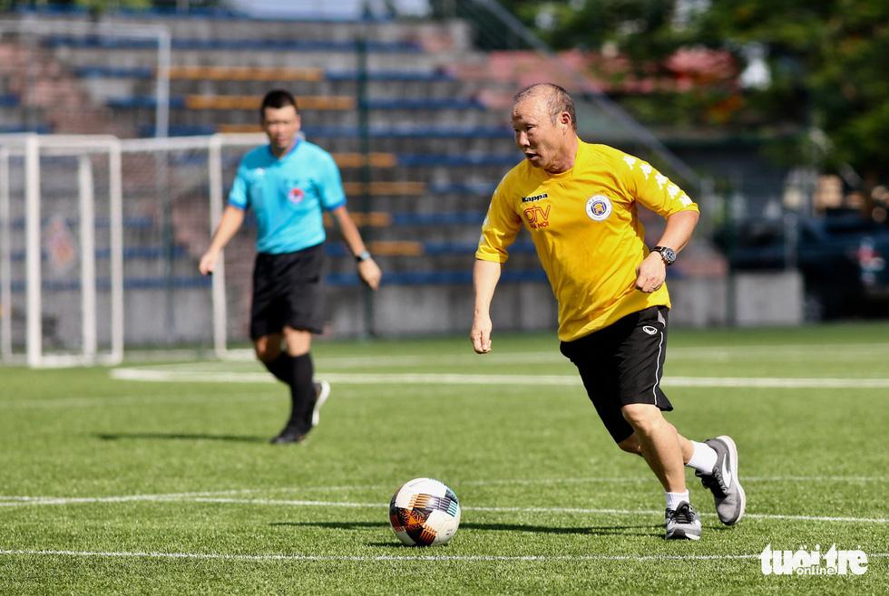 HLV Park Hang Seo đá bóng với các nhà báo thể thao Hà Nội - Ảnh 5.