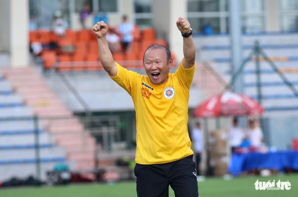 HLV Park Hang Seo đá bóng với các nhà báo thể thao Hà Nội - Ảnh 6.