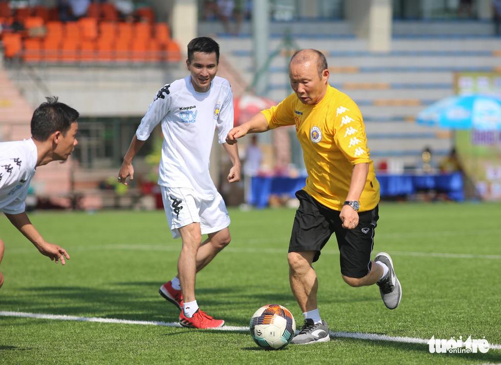 HLV Park Hang Seo đá bóng với các nhà báo thể thao Hà Nội - Ảnh 4.