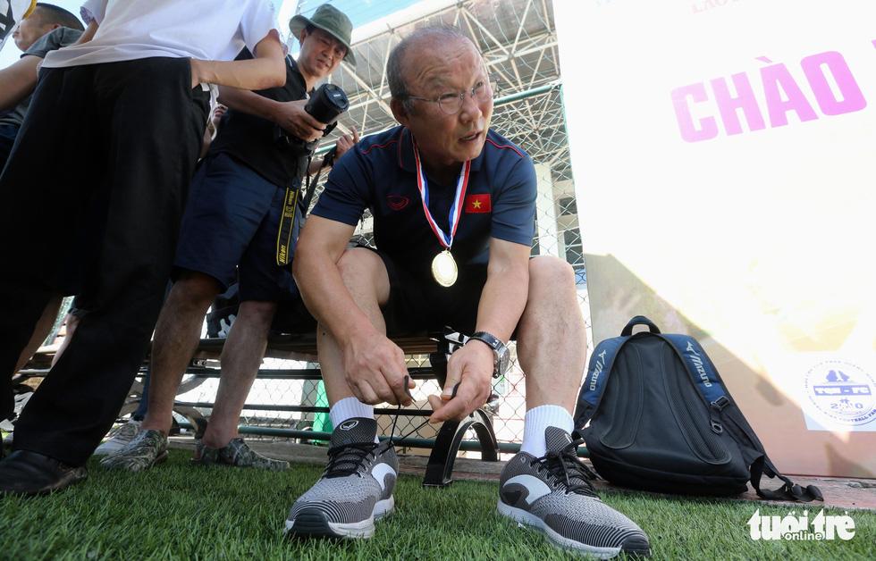 HLV Park Hang Seo đá bóng với các nhà báo thể thao Hà Nội - Ảnh 2.
