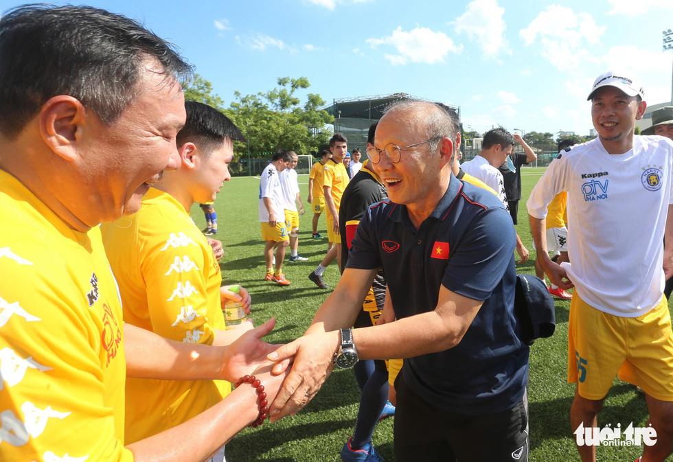 HLV Park Hang Seo đá bóng với các nhà báo thể thao Hà Nội - Ảnh 1.