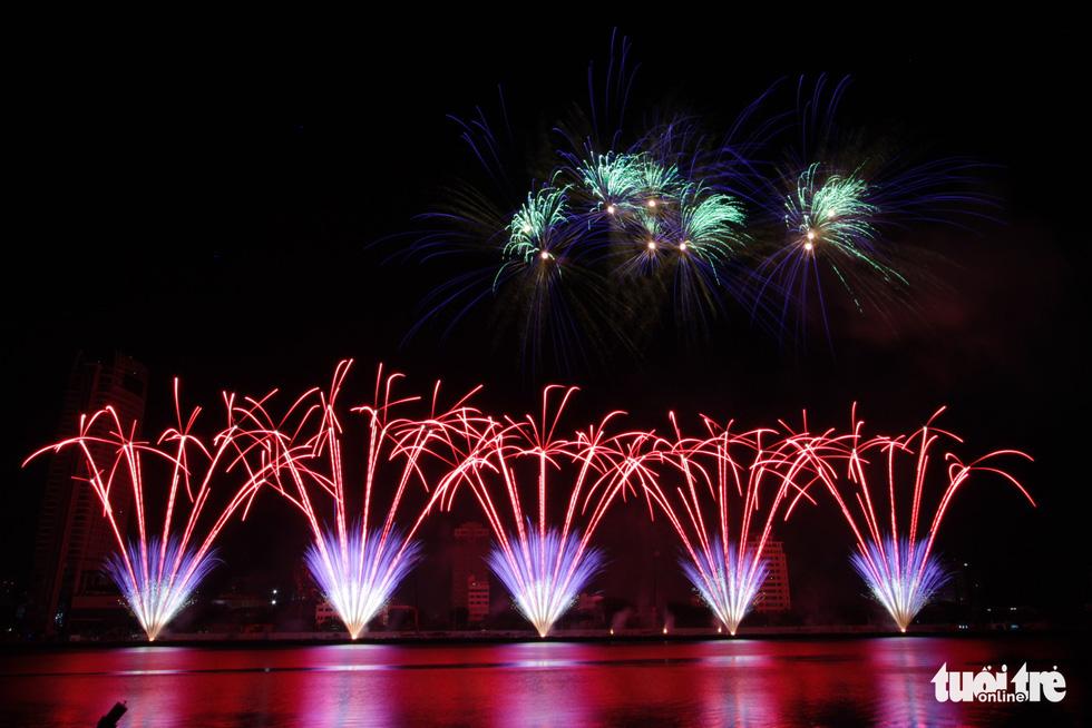 Đội pháo hoa Anh và Trung Quốc tỏa sáng bầu trời Đà Nẵng - Ảnh 3.